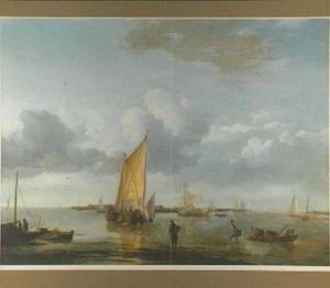 Zeilschepen in rustig vaarwater; in de voorgrond vissers