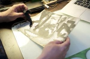 Marcel van Eeden werkend in zijn atelier
