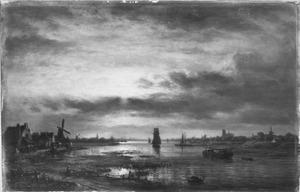 Landschap bij avond met op de achtergrond de stad Dordrecht