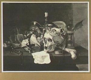 Vanitasstilleven met schedel, zandloper, kaars, horloge, boek, brief en crucifix op een stenen plint