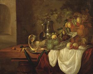 Stilleven met fruit, een Wan Li-schotel, een tinnen kan en andere objecten op een tafel met een wit servet
