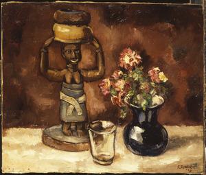 Stilleven met Afrikaans beeldje, glas en vaas met bloemen