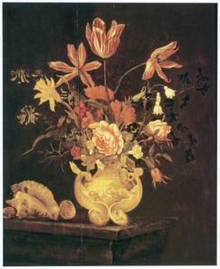 Stilleven van bloemen in een geornamenteerde vaas, met enkele schelpen