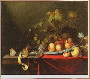 Stilleven met druiven en perziken op een Wan Li-schaal