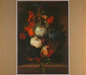 Een festoen van bloemen en vruchten, hangend in een nis