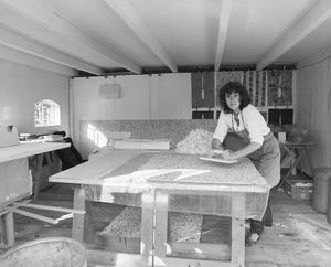 Madeleine Bosscher aan het werk in haar atelier