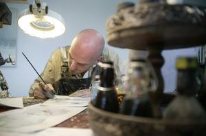 Chris Berens aan het werk in zijn atelier