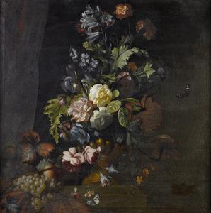 Bloemen in een terracotta vaas, met fruit en vlinders
