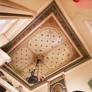 Plafond met sjabloonwerk en ornamenten in reliëf