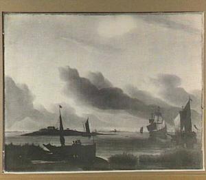 Kustgezicht met links een eiland en in de voorgrond twee mannen bij een op de kant getrokken zeilbootje