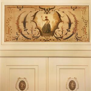 Dame met staf in cartouche omgeven door ornamenten