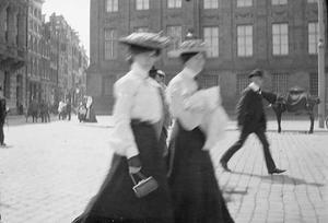 Twee vrouwen op de Dam te Amsterdam