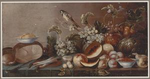 Stilleven met vruchten, groenten, kaas, boter, brood en een koolmees op een houten blad
