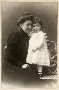 Portret van Elisabeth Catharina Maria Veeren (1882-1918) en Jan Elias Burchard (1909-1974)