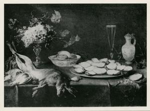 Een stillleven met jachtbuit, fruit, een Wan Li kom, een tazza, glaswerk en een kan op een tafel