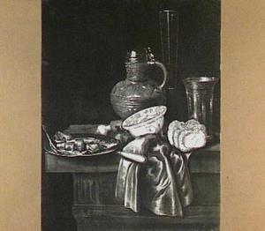 Stilleven met verschillende soorten vaatwerk, brood, haring en ui
