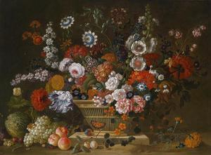 Bloemstilleven met rozen, tulpen, passiebloemen en anjers in een rieten mand op een stenen plint met een meloen, druiven, perzikken en pruimen