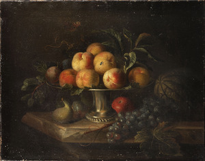 Perziken op een zilveren tazza met een meloen, een appel, druiven en vijgen op een marmeren tafel
