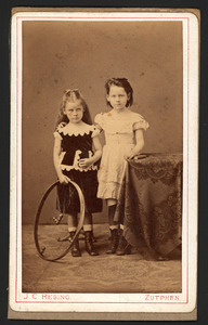 Portret van Sophia Susanna Juckema van Burmania barones Rengers (1867-?) en Anna Jenny Juckema van Burmania barones Rengers (1868-?)