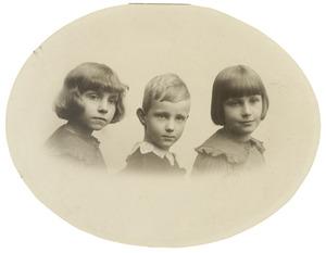 Portret van Maria Eugenie (Maya) Camerling Helmolt (1911-1993), Petronella Steffanie (Peter) Camerling Helmolt (1912-?) en Jan Daniel Camerling Helmolt (1914-1940)