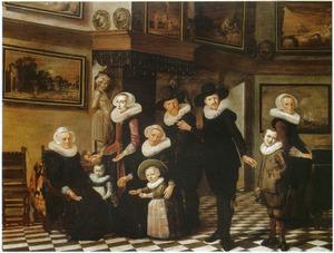Familieportret in een interieur met een schilderijenverzameling