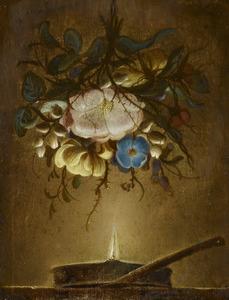 Stilleven van een boeket bloemen boven een kaarsvlam