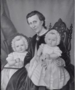 Portret van Maria Debora Tijken (1830-1888) en haar dochtertjes