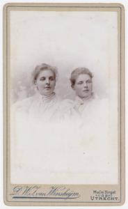 Portret van Françoise Madelon Muller Massis (1872-?) en Elisabeth Adriana Berendina Muller Massis (1874-?)