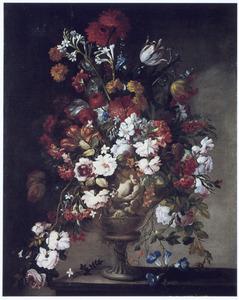 Bloemen in een met figuren gedecoreerde vaas