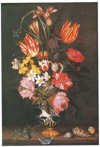 Bloemen in een porseleinen vaas met verguld zilveren voet; rondom druiven, schelpen en een vlinder