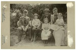 Portret van Jacob Mattheus de Kempenaer (1853-1900), Henriette Josephine Catharina Rueb (1863-1948) en hun kinderen