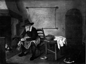Man met glas en kruik zittend bij het haardvuur