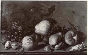 Stilleven met kweeperen, ander fruit en schelpen