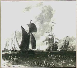 Schepen voor de kust op woelig water met een fregat dat een saluutschot lost; op de voorgrond links drie figuren op het strand en rechts een bemande sloep