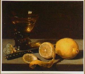 Stilleven met roemer, mes, citroenen en enkele druiven