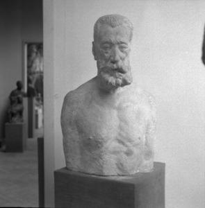 Het atelier van Antoine Bourdelle met een beeldhouwwerk van Anatole France (1844-1924)