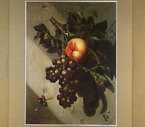 Een tros druiven en een perzik, hangend aan een spijker