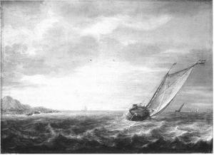Lichtgolvende zee met een zeilschip