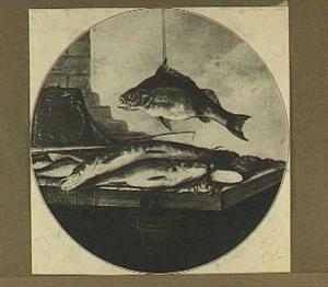 Stilleven van een opgehangen vis boven een tafel met verschillende vissen en visgerei