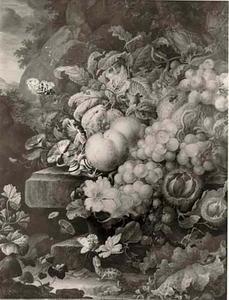 Stilleven van vruchten en bloemen op een piëdestal in een landschap, voor een rotswand, met op de voorgrond een hagedis