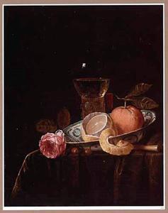 Stilleven met een citroen en een sinaasappel in een porseleinen schotel, een roemer en een fluitglas