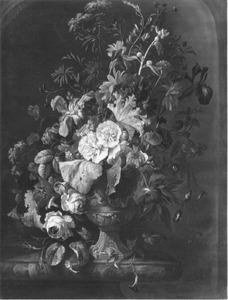 Een boeket met Stokroos, Rozen, Lissen, Dagschone en andere bloemen in een versierde vaas op een marmeren blad in een nis