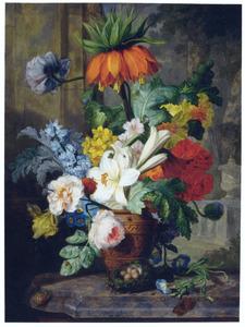 Bloemen in een vaas op een marmeren blad met doorzicht in een park