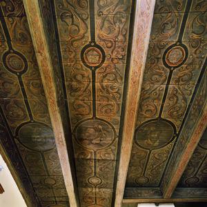 Balkenplafond beschilderd met ornamenten en koppen van Romeinse helden