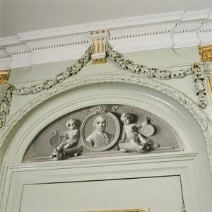 Halfronde grisaille met ovaal portret van Willem Arnold Alting