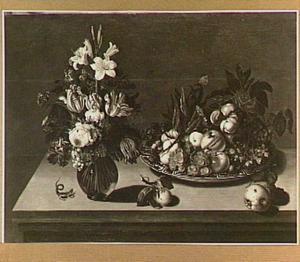 Stilleven met vaas met bloemen, schaal met vruchten en een salamander