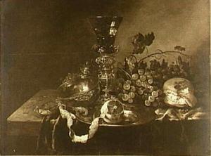 Stilleven met druiven, geschilde citroen, krab en brood, zilveren kom, konische roemer op bekerschroef, op een donker kleed