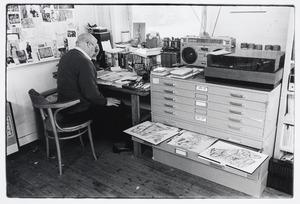 Lucebert aan het werk in zijn atelier in Bergen