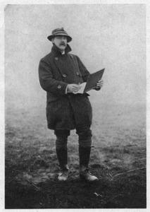 J.H. van Mastenbroek buiten aan het tekenen