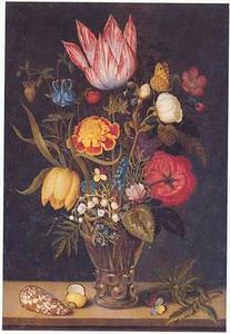 Bloemen in een roemer, schelpen en een viooltje op een stenen plint